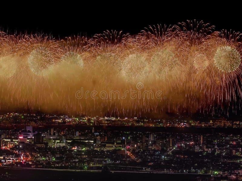 Салют над городом мегаполис Праздничный салют в ночном небе Взрывы фейерверков стоковые изображения rf