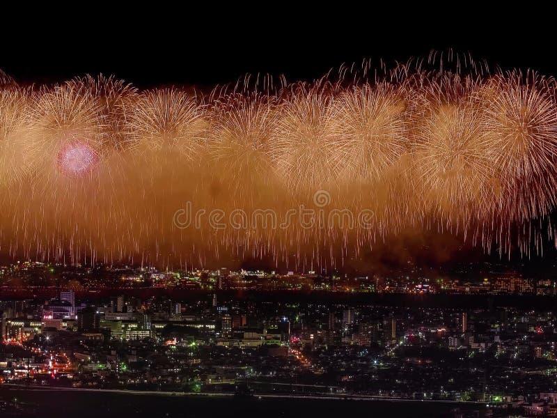 Салют над городом мегаполис Праздничный салют в ночном небе Взрывы фейерверков стоковая фотография