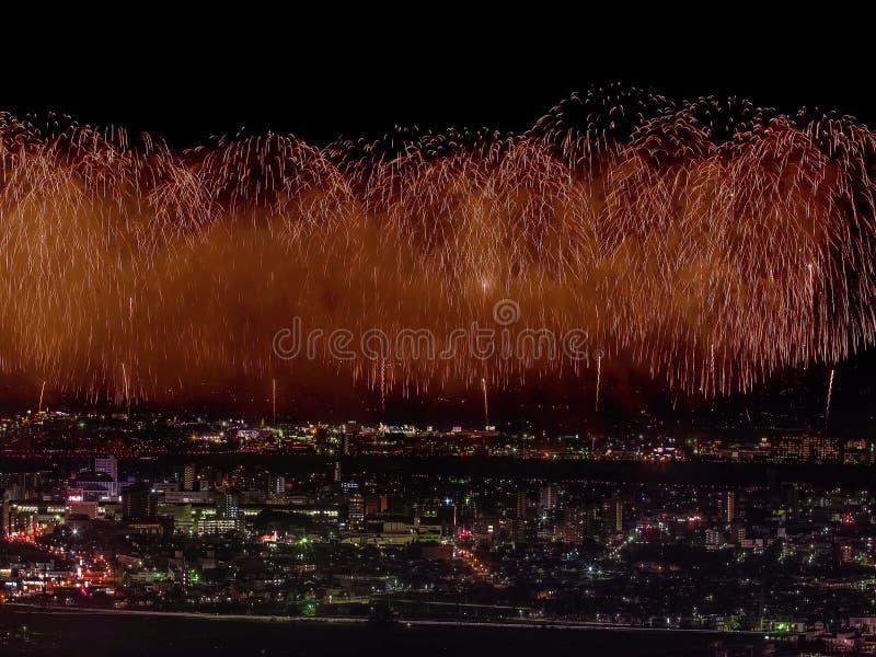Салют над городом мегаполис Праздничный салют в ночном небе Взрывы фейерверков стоковое фото