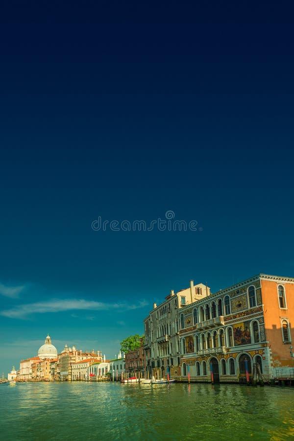 Салют della Santa Maria di большого канала и базилики во время захода солнца в Венеции, Италии, лете, унылом сценарном заходе сол стоковые фотографии rf