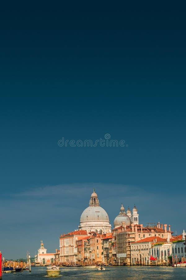 Салют della Santa Maria di большого канала и базилики во время захода солнца в Венеции, Италии, лете, унылом сценарном заходе сол стоковое изображение rf