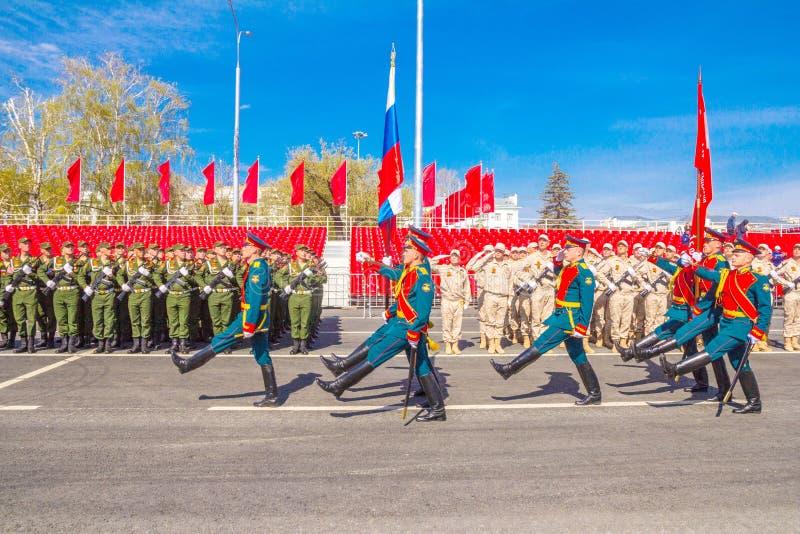 Самара, май 2018: Военнослужащие почетного караула носят знамя победы и  стоковая фотография