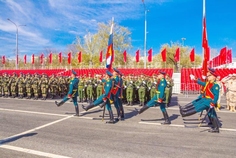 Самара, май 2018: Военнослужащие почетного караула носят знамя победы и  стоковые фотографии rf