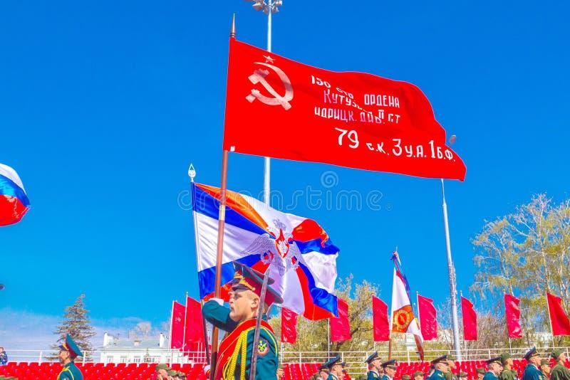Самара, май 2018: Военнослужащие почетного караула носят знамя победы и  стоковое изображение rf