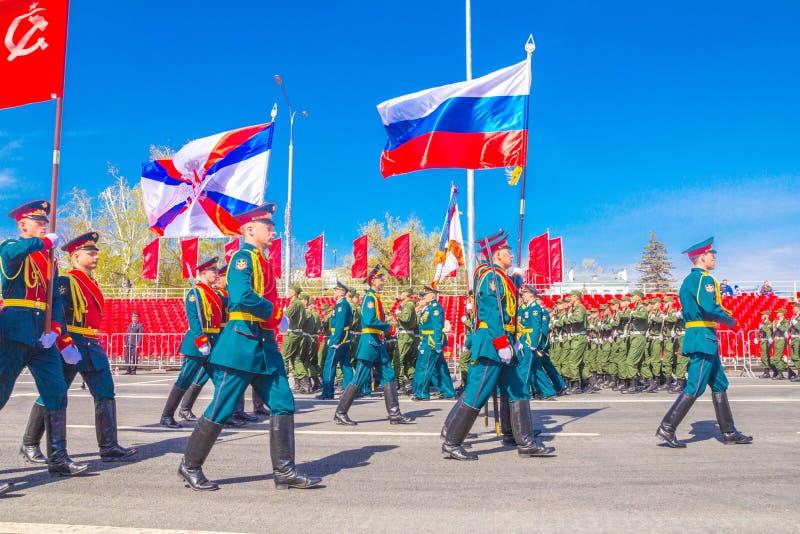 Самара, май 2018: Военнослужащие почетного караула носят знамя победы и  стоковое фото