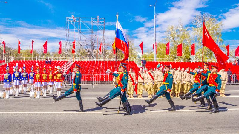 Самара, май 2018: Военнослужащие почетного караула носят знамя победы и  стоковые изображения