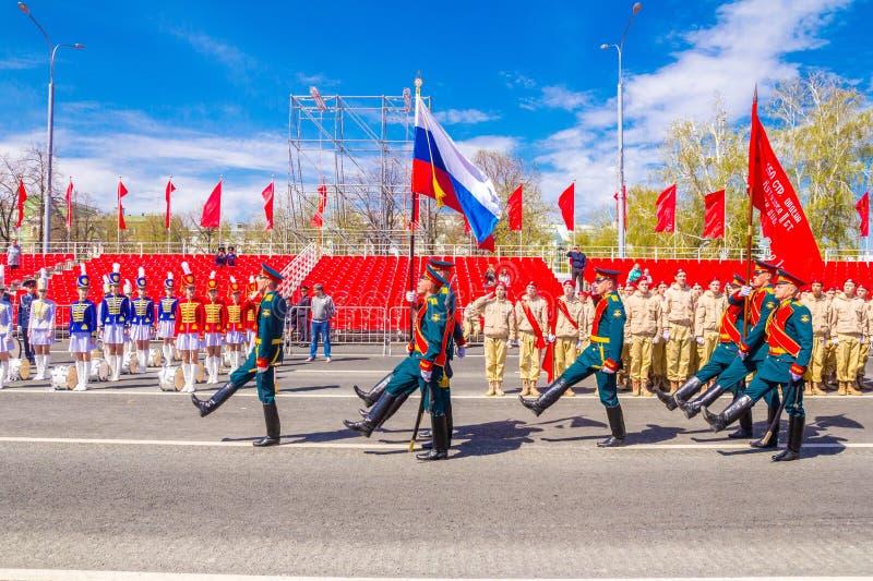 Самара, май 2018: Военнослужащие почетного караула носят знамя победы и  стоковые фото