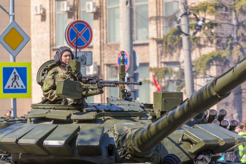 Самара, май 2018: вооруженный солдат на большом танке T-72B3 с крупнокалибе стоковые изображения rf