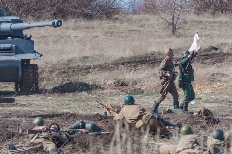 2018-04-30 самара, Россия Победа солдат Советской Армии в сражении над немецкими войсками реконструкция стоковые фото