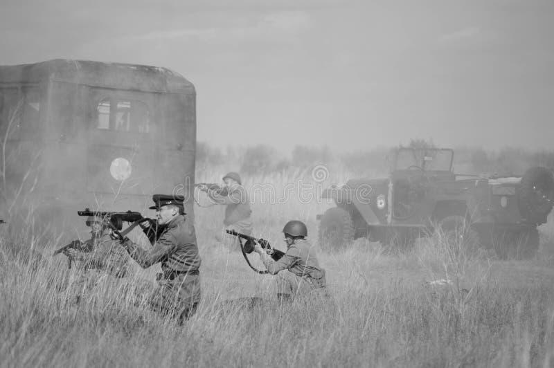 2018-04-30 самара, Россия Советские солдаты атакованы немецкими войсками Реконструкция военных операций стоковое изображение
