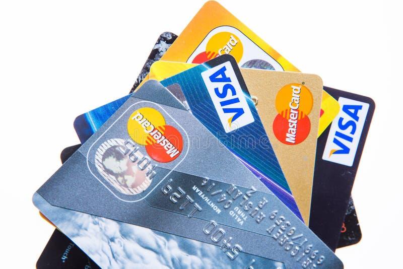 Самара, Россия 3-ье февраля 2015: Съемка студии крупного плана кредитных карточек выдала 3 главными брендами Американ Экспресс, В стоковое изображение