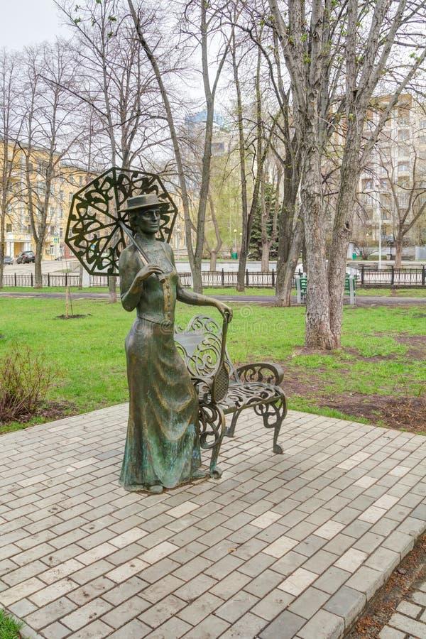 Самара, скульптурная дама состава с ракеткой в самаре осени стоковое изображение rf