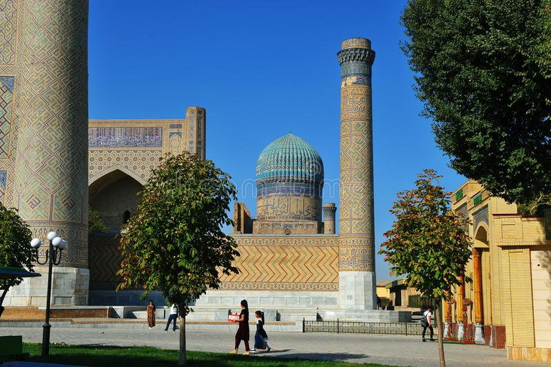 Самарканд: люди на мечети стоковые фото