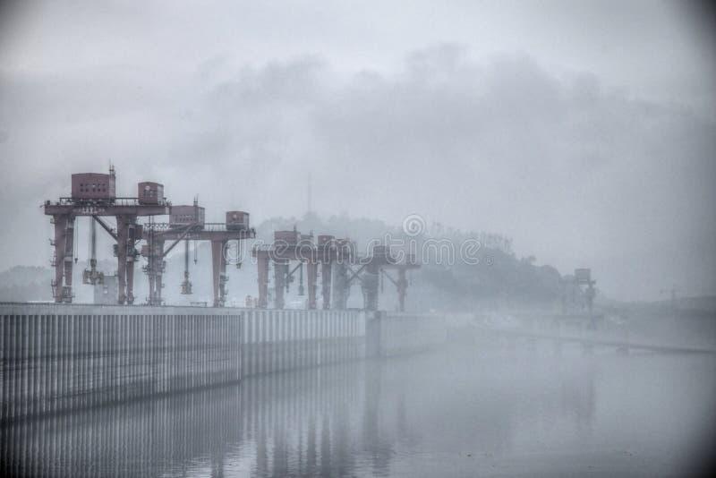 Самая большая гидроэлектрическая электростанция в мире - Дамба (Три ущелья) на Реке Янцзы в Китае стоковое фото