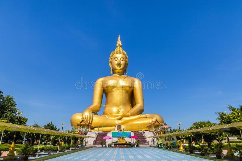 самая большая золотая статуя Будды на предпосылке голубого неба стоковая фотография