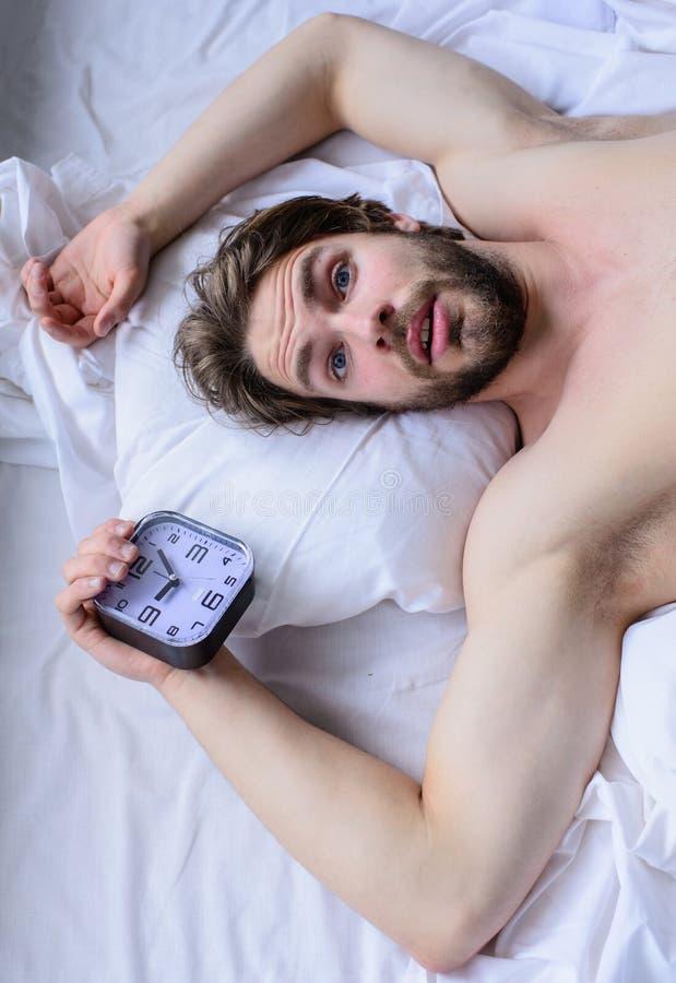 Самая грубая часть выходить утра просто кровати Гай пропустило звенеть будильника Получите вверх по подсказкам раннего утра overs стоковое изображение rf