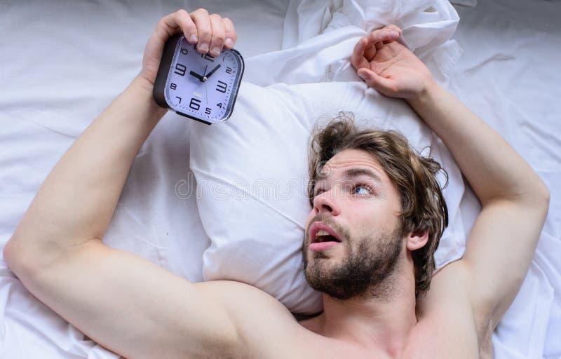 Самая грубая часть выходить утра просто кровати Получите вверх по подсказкам раннего утра Oversleep проблема Удивленное небритое  стоковые фотографии rf