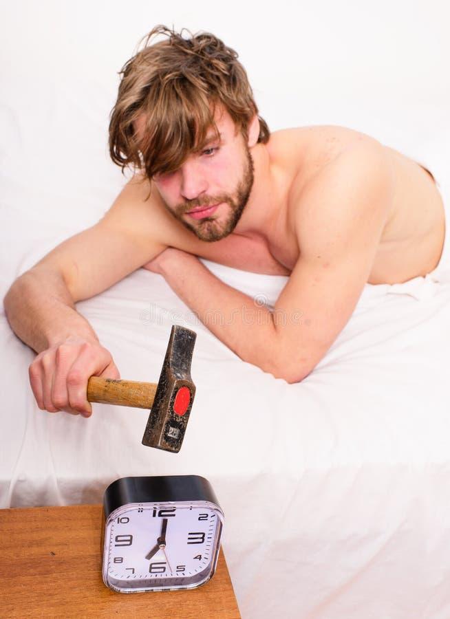 Самая грубая часть утра выходит кровати Гай ломая с звенеть будильника молотка Надоедать звенящ каждое утро стоковая фотография