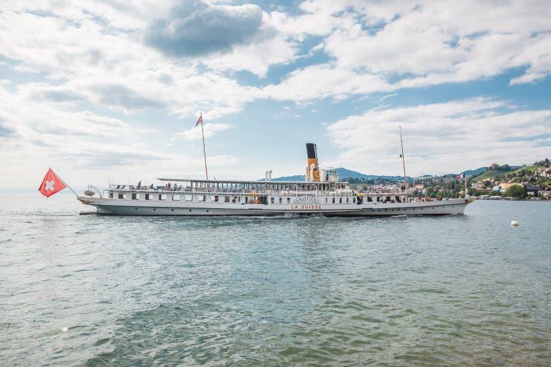 Самая красивая паровая лодка Белле Эпоке под названием La Suisse, приближающаяся к пирсу Монтрё на швейцарской Ривьере, Швейцария стоковое изображение rf