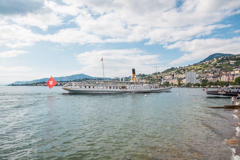 Самая красивая паровая лодка под названием La Suisse, приближающаяся к пирсу Монтрё на швейцарской Ривьере, Во, Швейцария стоковые фотографии rf