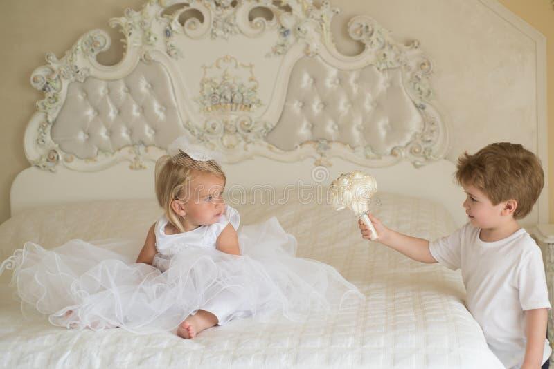 Самая лучшая прическа Немногое дети подготавливает для свадебной церемонии Развитие детей Немногое волосы носки девушки цветка стоковое фото