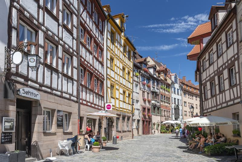 Самая старая улица в Нюрнберге Weissgerbergasse с традиционной половиной timbered немецких домов Нюрнберг, Бавария, Германия стоковые изображения rf