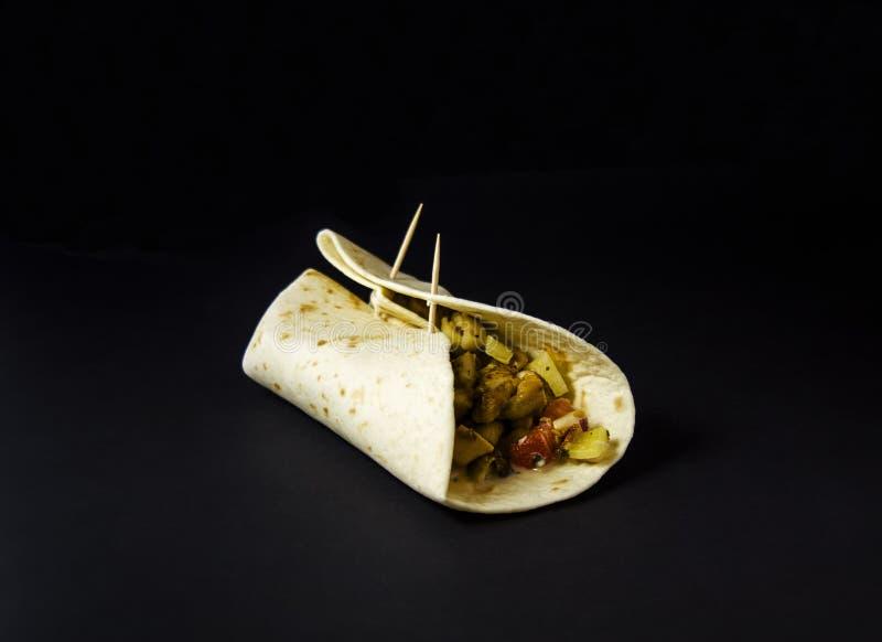 Самодельное буррито с цыпленком и овощами стоковые фото