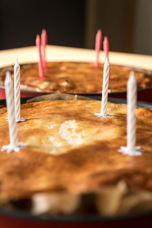 Самодельный пирог с свечами дня рождения стоковое изображение rf