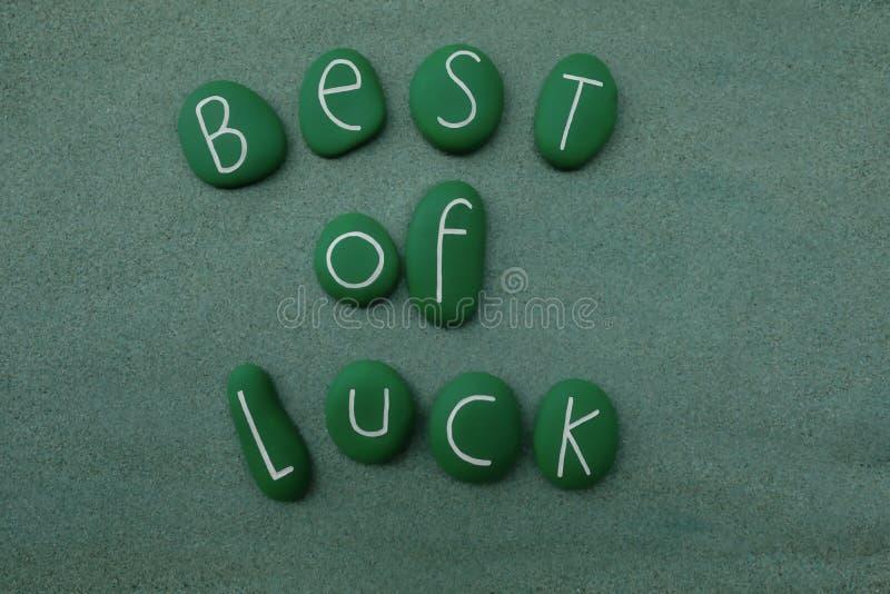 Самое лучшее везения с зеленым цветом покрасило камни над влажным песком стоковое фото rf