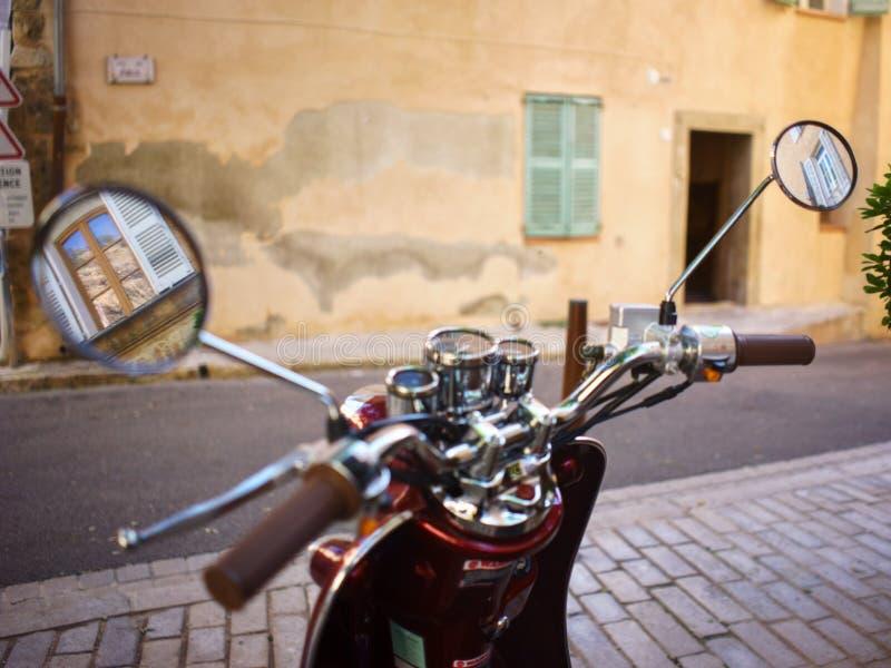 Самокат в городе стоковая фотография