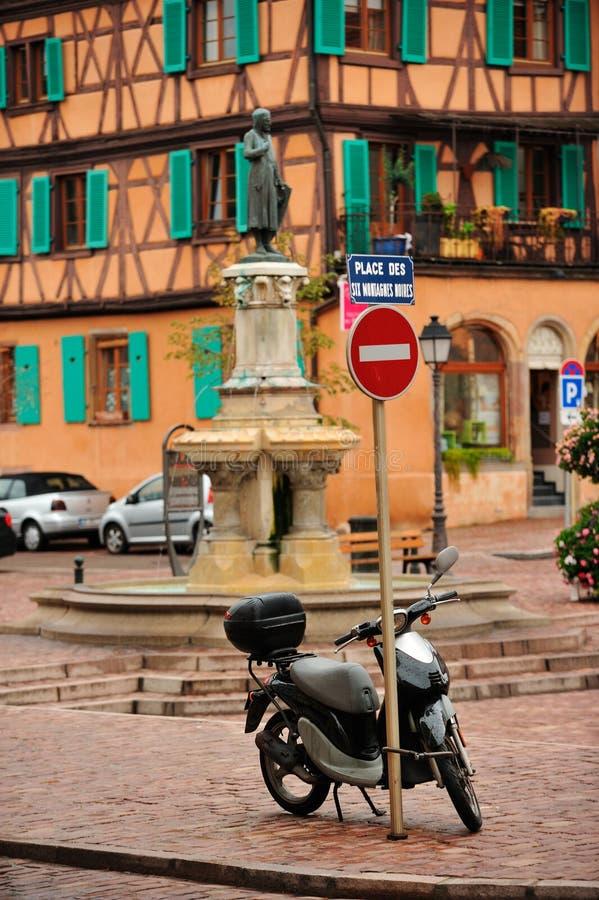 Самокат припаркованный на улице Кольмара, Франции стоковые фотографии rf