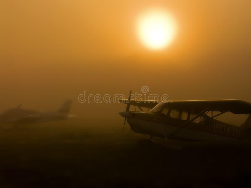 Самолеты в тумане стоковые фотографии rf