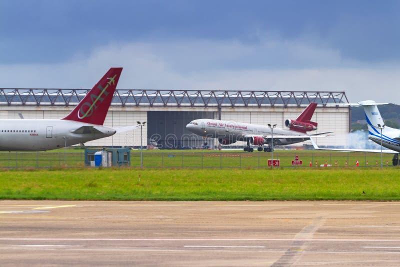 Самолеты на взлётно-посадочная дорожка авиапорта Шаннона стоковое фото rf