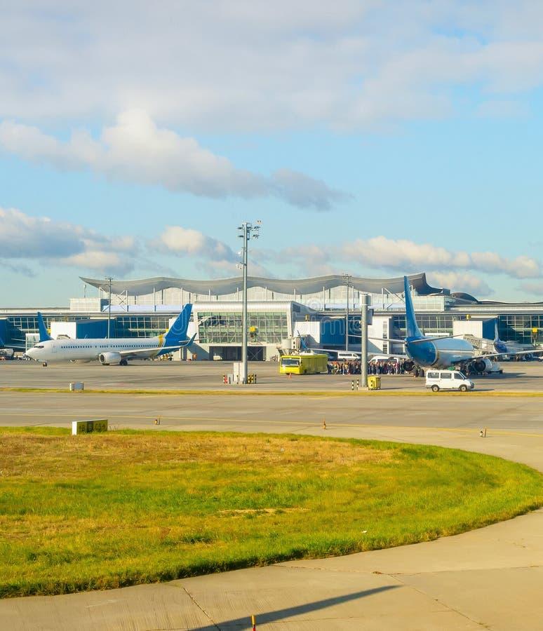 Самолеты, пассажиры, аэропорт 'Борисполь', Киев стоковые изображения