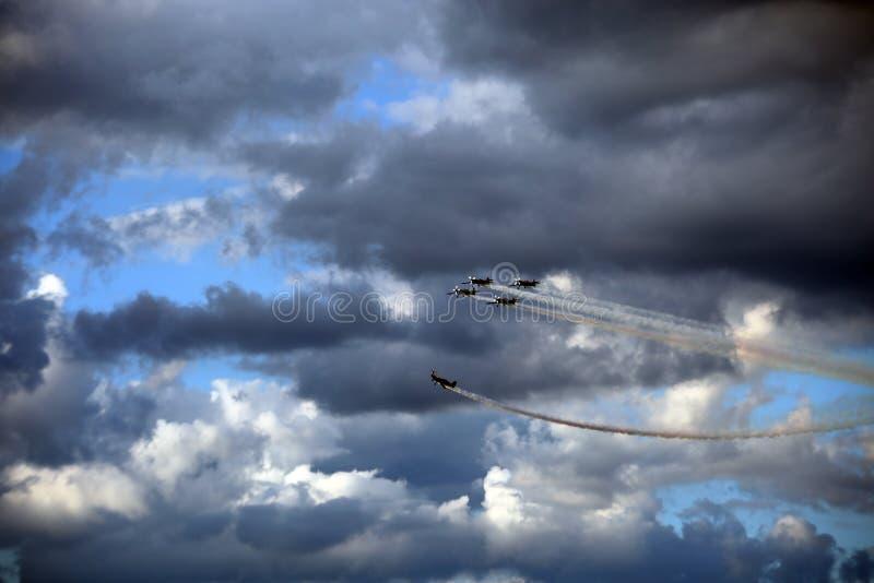 Самолеты при следы дыма выполняя фигуры высшего пилотажа стоковая фотография rf