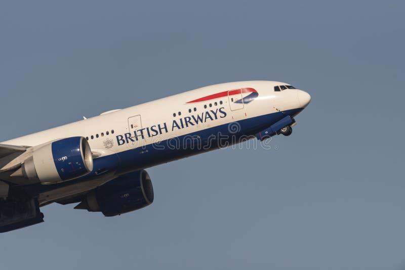 Самолет авиалайнера двигателя British Airways Боинга 777 стоковая фотография rf