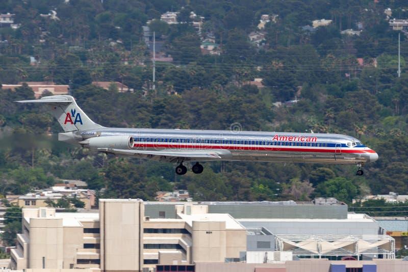 Самолет америкэн эрлайнз McDonnell Douglas MD-82 на подходе, который нужно приземлиться на международный аэропорт McCarran в Лас- стоковое фото rf