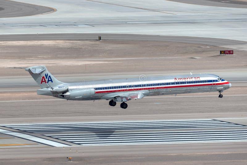 Самолет америкэн эрлайнз McDonnell Douglas MD-83 на подходе, который нужно приземлиться на международный аэропорт McCarran в Лас- стоковое фото