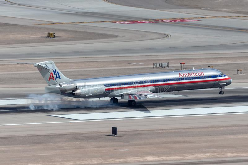 Самолет америкэн эрлайнз McDonnell Douglas MD-83 на подходе, который нужно приземлиться на международный аэропорт McCarran в Лас- стоковое изображение