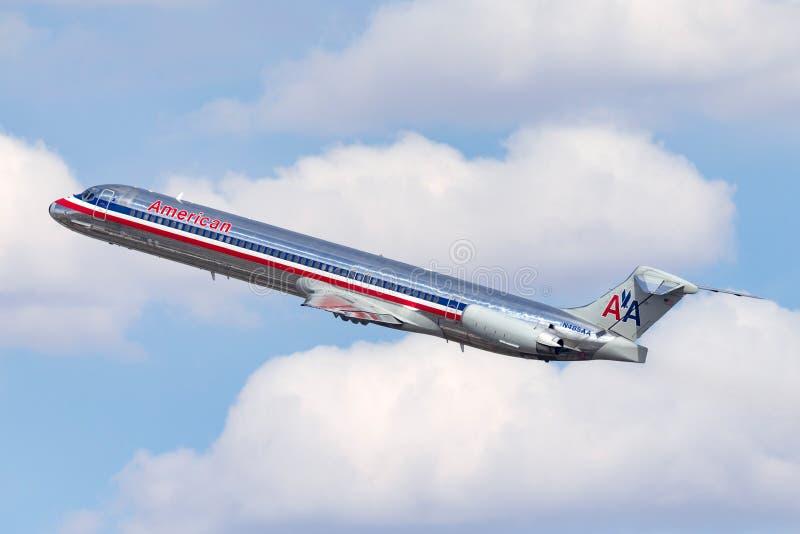 Самолет америкэн эрлайнз McDonnell Douglas MD-82 принимая от международного аэропорта McCarran в Лас-Вегас стоковая фотография rf