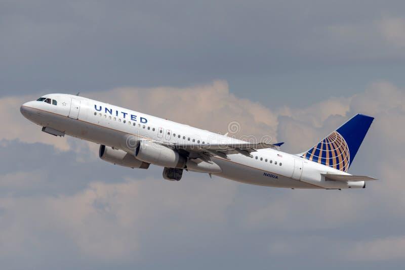 Самолет аэробуса A320 United Airlines уходя от международного аэропорта McCarran в Лас-Вегас стоковые изображения rf