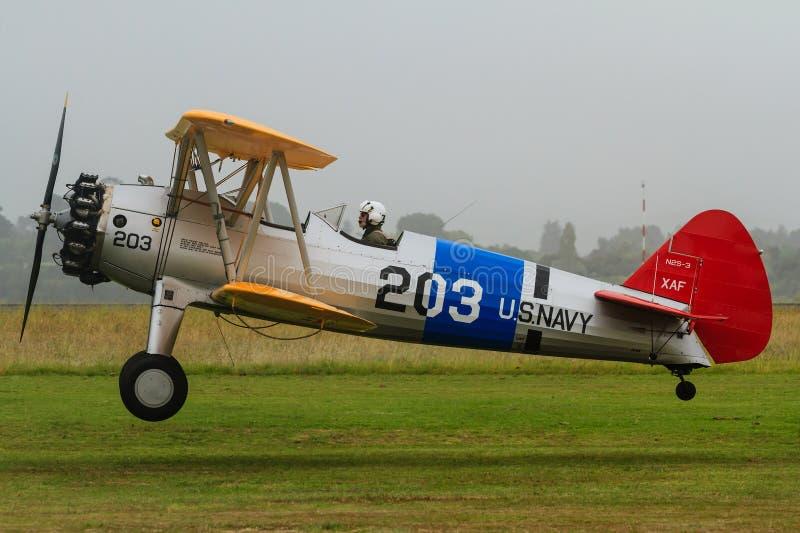 Самолет-биплан Боинга Stearman приходя внутри для посадки стоковое фото rf