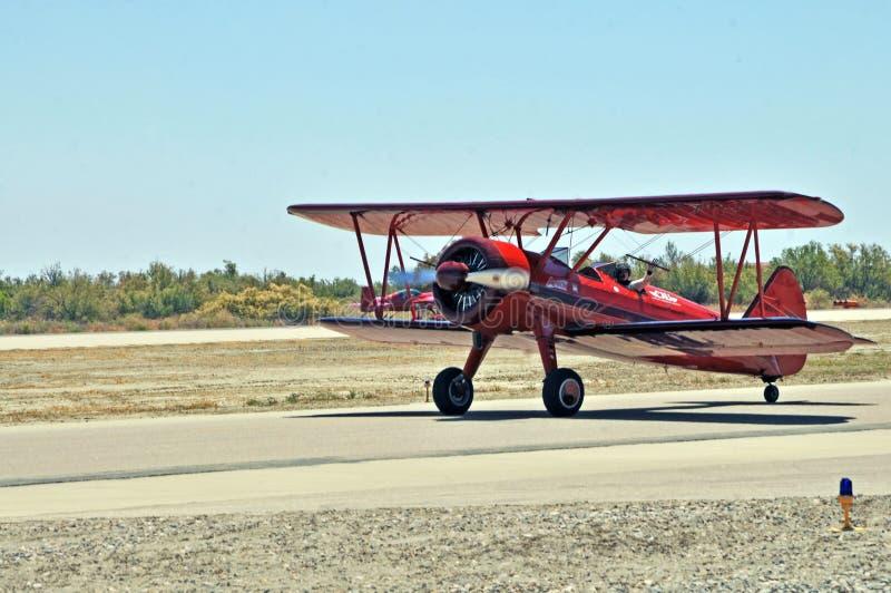 Самолет-биплан Stearman ездя на такси к Hardstand стоковые фото