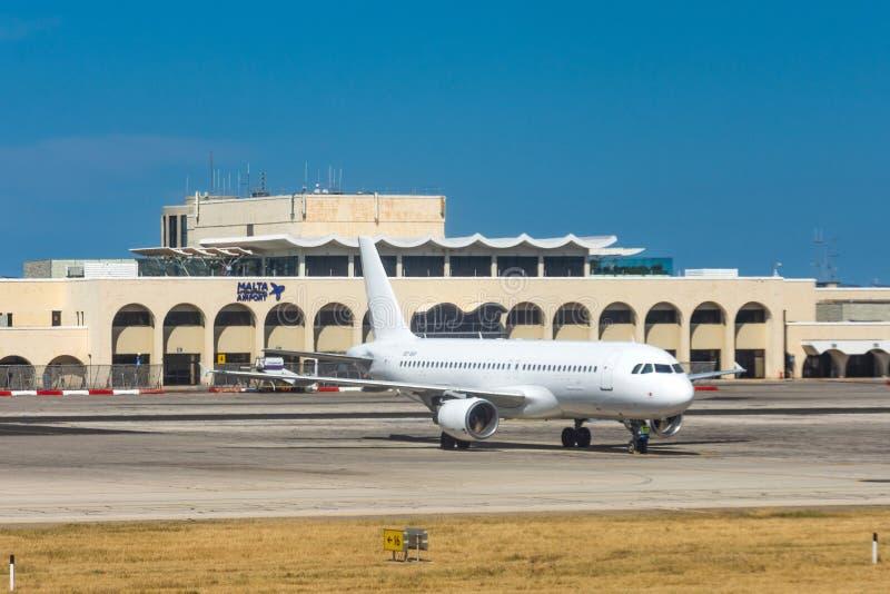 Самолет близко к главному зданию островов международного аэропорта Мальты мальтийских Luqa, Мальта 14-ое мая 2019 стоковые изображения