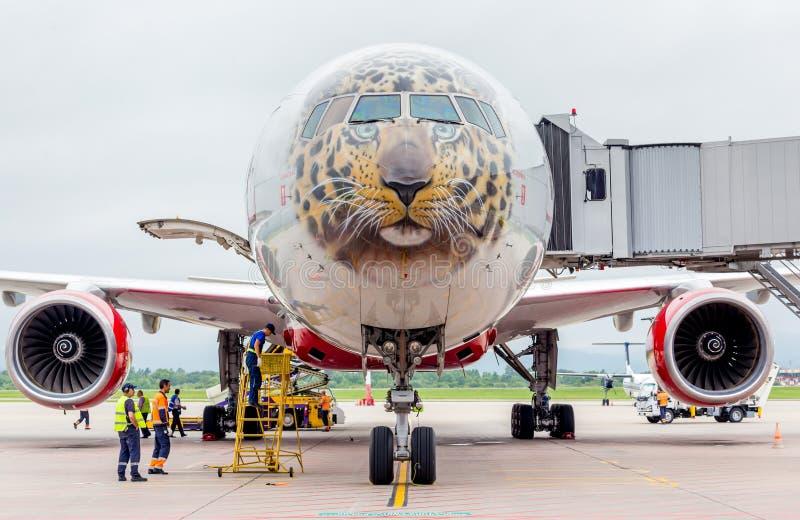 Самолет Боинг 777-300 пассажира авиакомпаний Rossiya подготавливает для отклонения Фюзеляж покрашен как сторона дальневосточного  стоковые фотографии rf