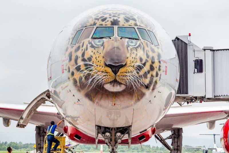 Самолет Боинг 777-300 пассажира авиакомпаний Rossiya подготавливает для отклонения Фюзеляж покрашен как сторона дальневосточного  стоковое фото