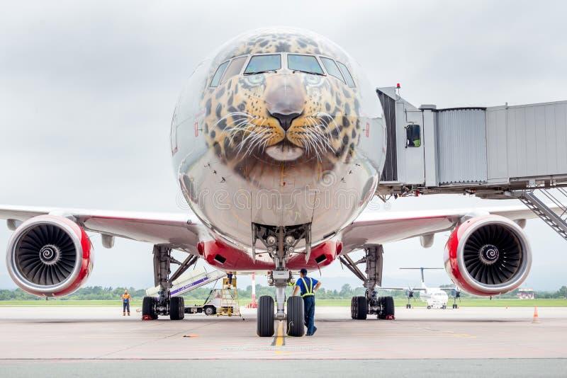 Самолет Боинг 777-300 пассажира авиакомпаний Rossiya подготавливает для отклонения Фюзеляж покрашен как сторона дальневосточного  стоковое изображение