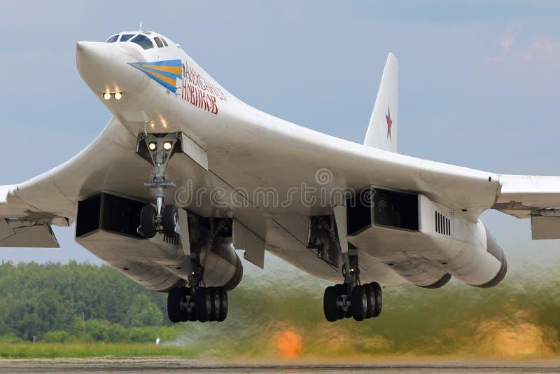 Самолет бомбардировщика Туполева Tu-160M RF-94109 современный стратегический русской военновоздушной силы принимает на авиационну стоковые фото
