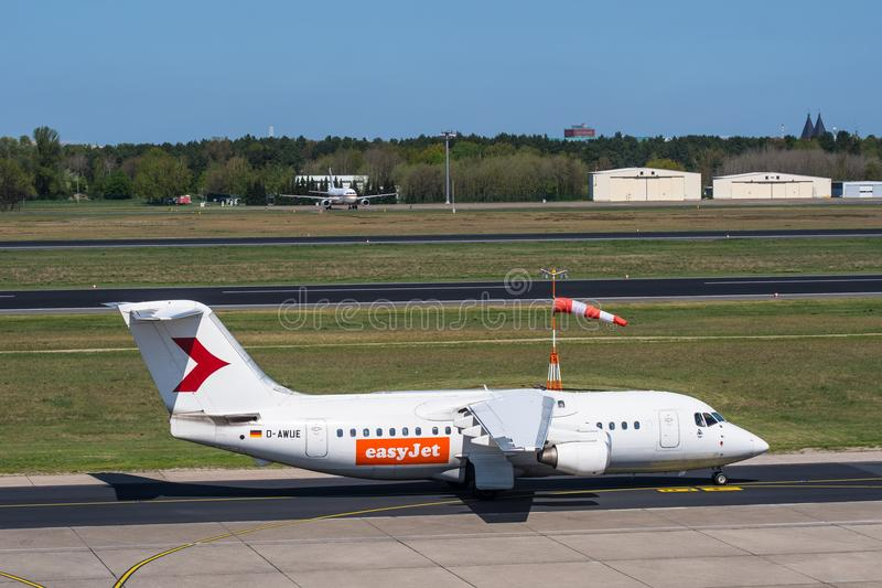 Самолет великобританского воздушно-космического пространства 146-200 easyJet D-AWUE на авиапорте Берлина Tegel стоковая фотография