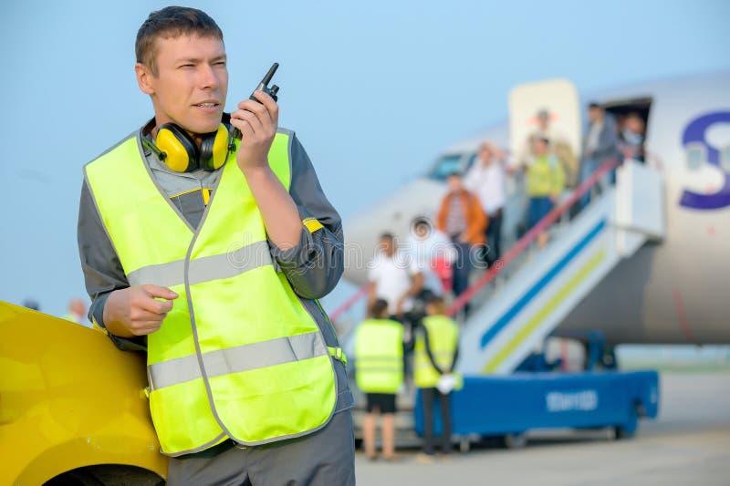 Самолет воздушных судн обслуживания человека работника аэропорта мужской стоковое фото
